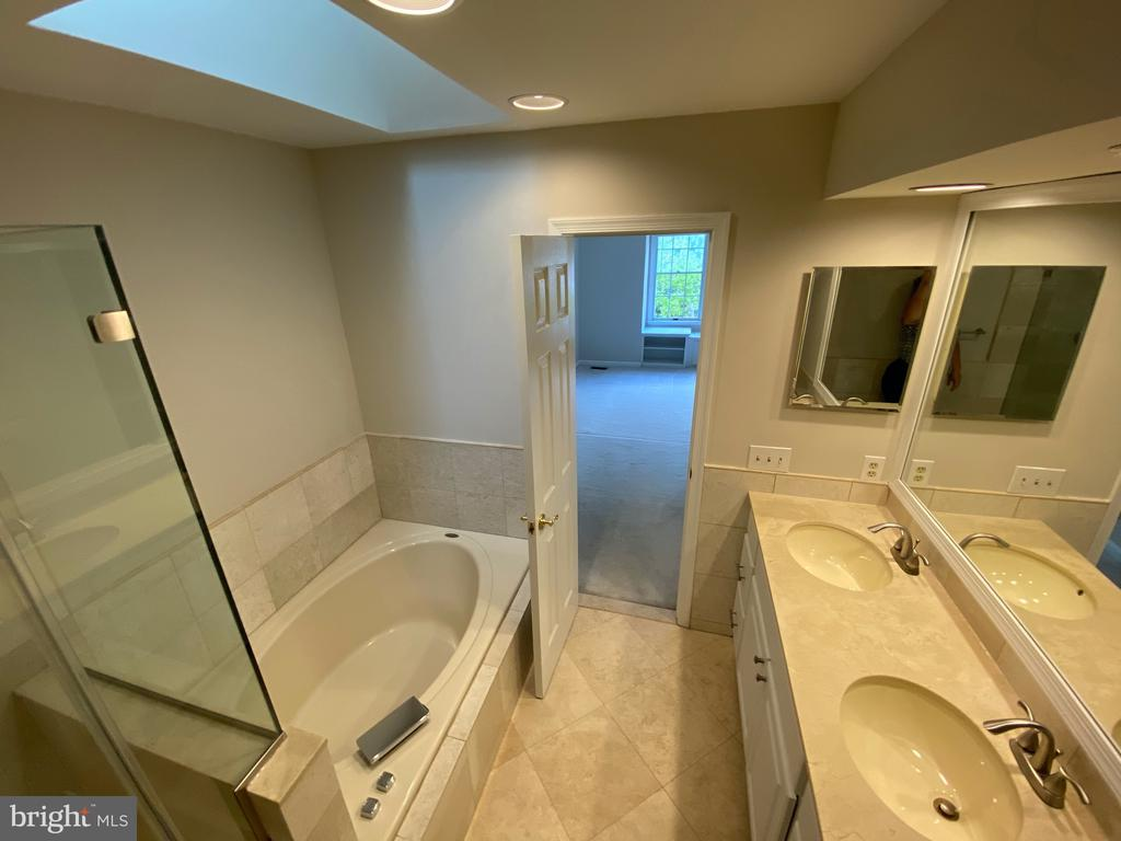 Updated with marble countertops and double vanity - 1401 HUNTING WOOD RD, ANNAPOLIS