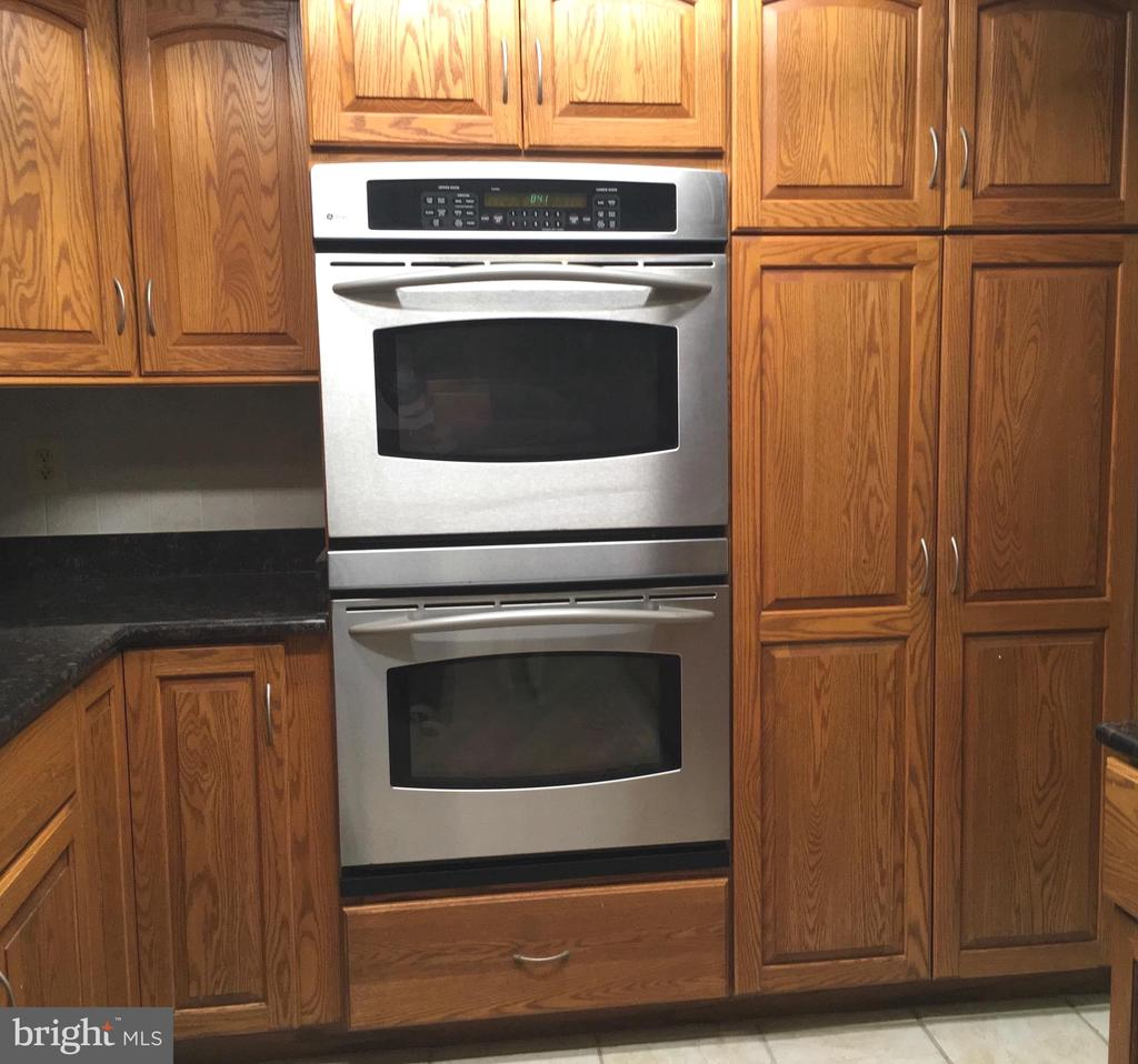 Double wall ovens - 18400 STONE HOLLOW DR, GERMANTOWN
