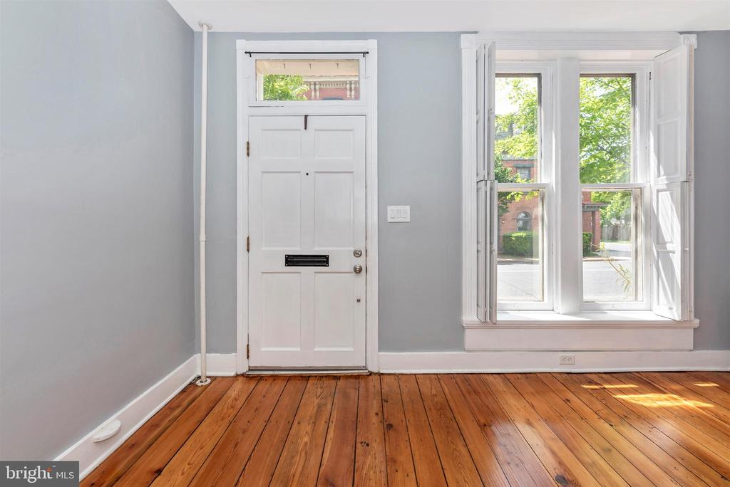Lovely entry w/beautiful natural light! - 137 W 3RD ST, FREDERICK