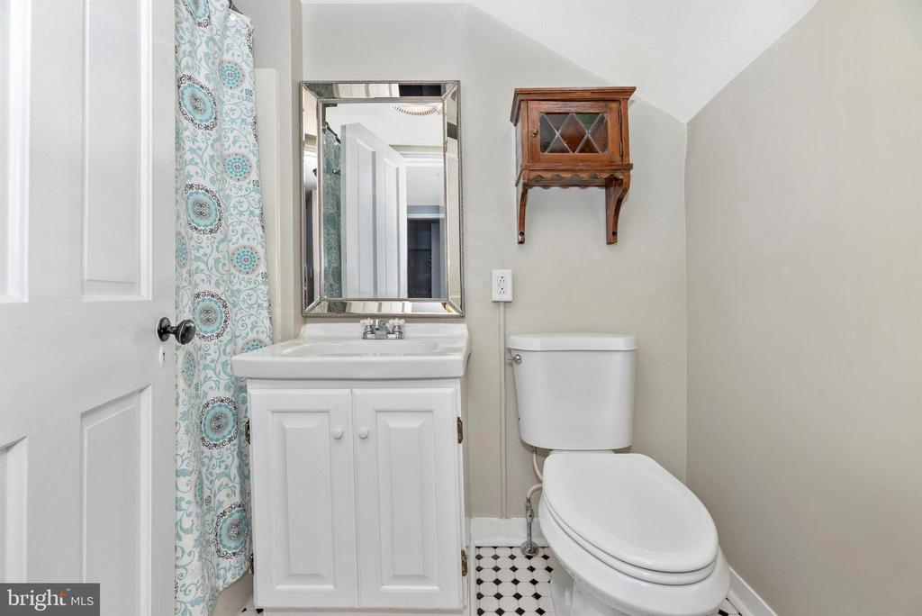 Full bath, great black/white tile - 137 W 3RD ST, FREDERICK
