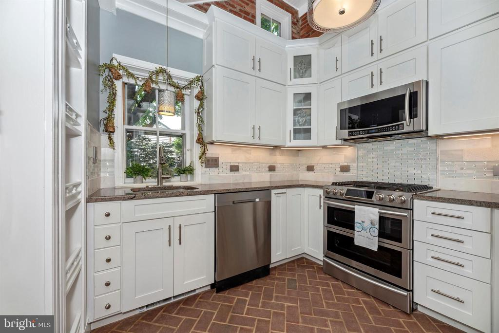 A  WOW! Recently renovated gorgeous kitchen! - 137 W 3RD ST, FREDERICK