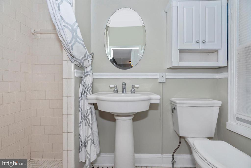 Full bath w/pedestal sink - 137 W 3RD ST, FREDERICK
