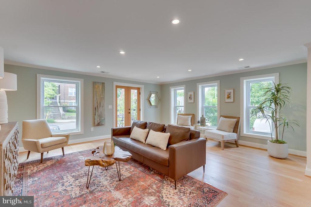 Above street views with two walls of windows - 517 13TH ST NE, WASHINGTON