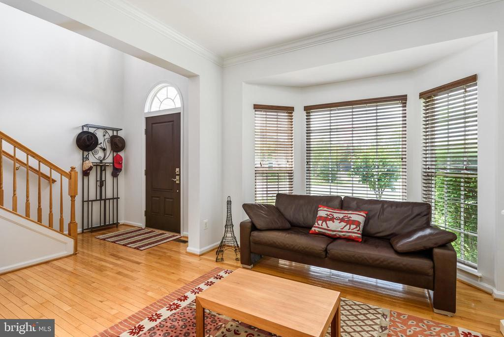 Beautiful hardwood entrance area with sitting room - 20436 RIVER BANK ST, STERLING