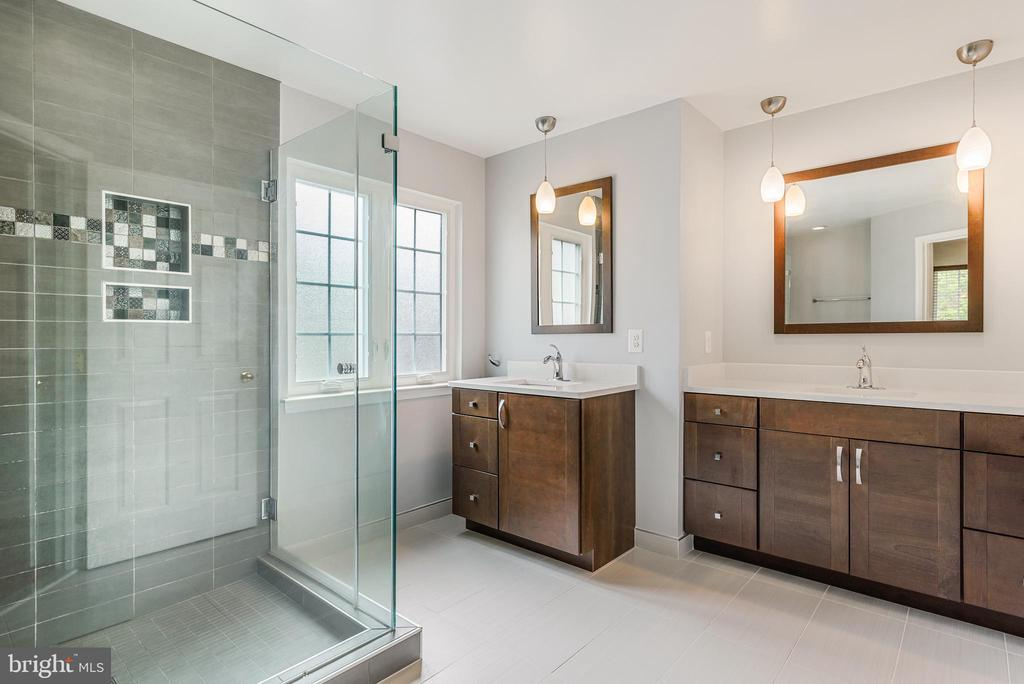 newly renovated master bath - 20436 RIVER BANK ST, STERLING