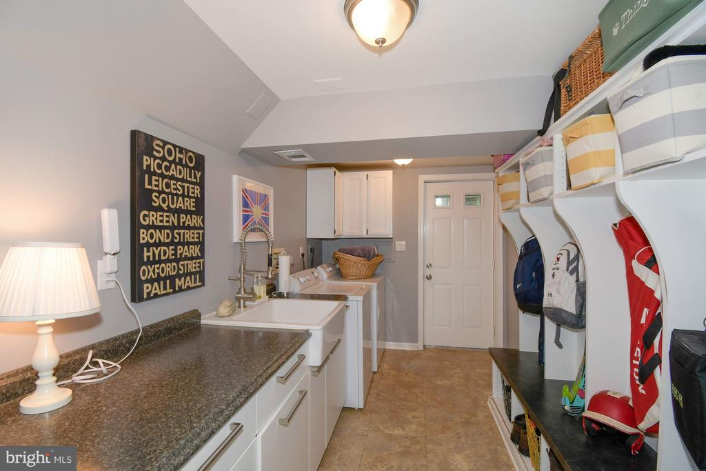 Laundry/mud room with access to yard - 1065 PALMER PL, ALEXANDRIA