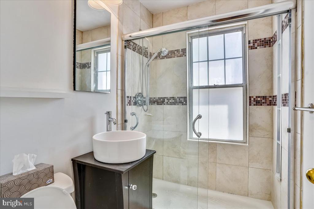 Modern Full Bathroom - 1707 DEWITT AVE #A, ALEXANDRIA