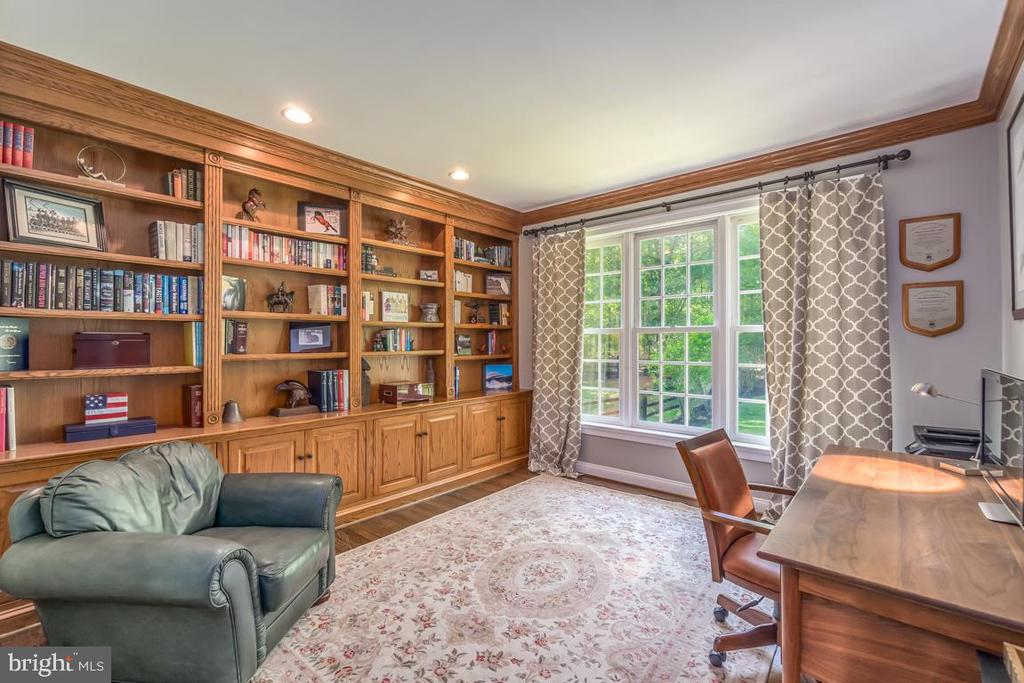 Office with custom built in shelves - 5400 LIGHTNING DR, HAYMARKET