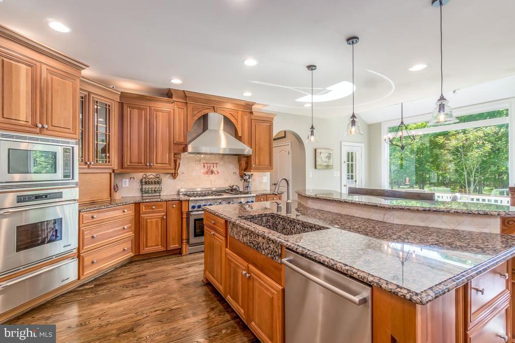 Designer cabinets, granite farm sink Dacor ovens - 5400 LIGHTNING DR, HAYMARKET