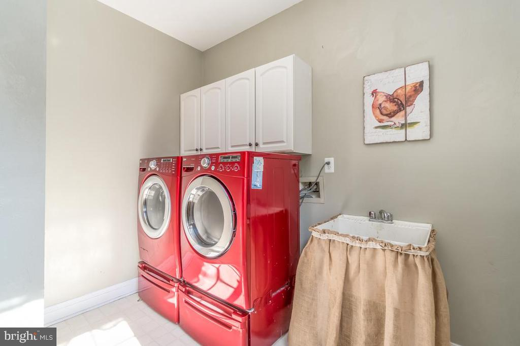Main level laundry room w/ laundry shoot - 5400 LIGHTNING DR, HAYMARKET