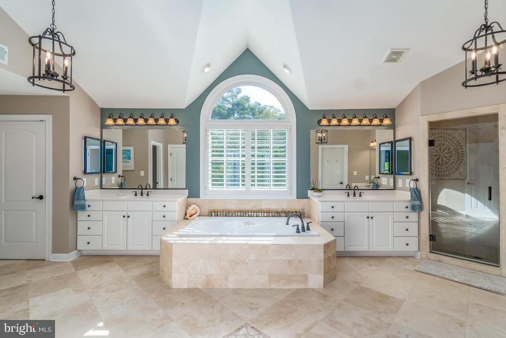 Luxurious Master Bathroom - 5400 LIGHTNING DR, HAYMARKET