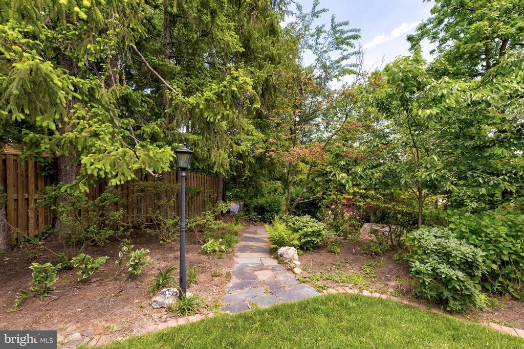 Beautiful backyard garden. - 2401 N VERNON ST, ARLINGTON