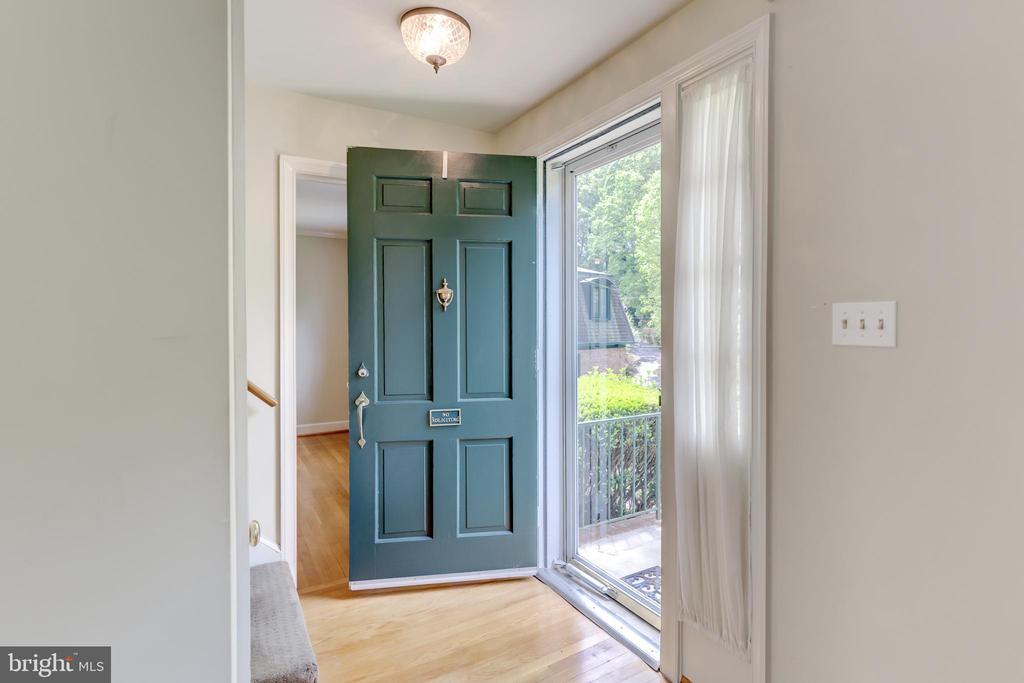 Hardwood floors throughout the main level. - 2401 N VERNON ST, ARLINGTON