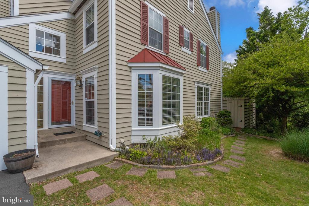 End Unit Townhouse with 1 Car Garage - 1542 DEER POINT WAY, RESTON