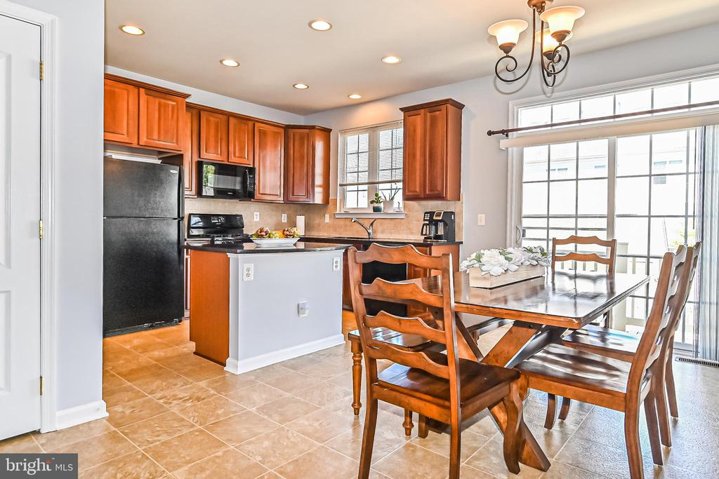 Kitchen with dining area and walk-out to deck - 22944 ROSE QUARTZ SQ, BRAMBLETON