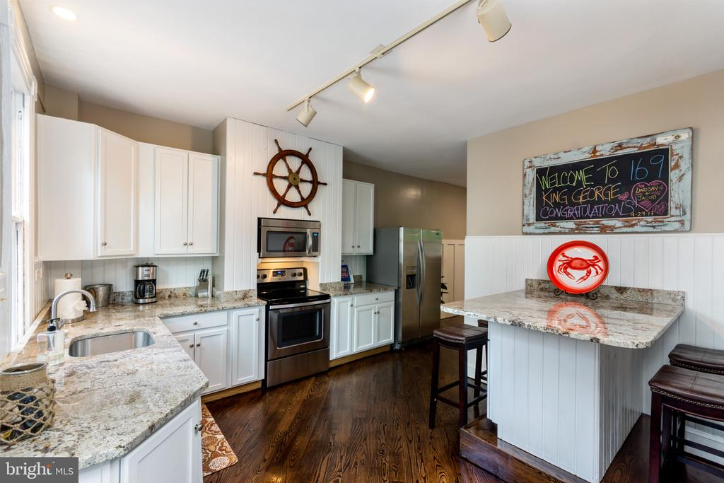White kitchen cabinetry and stainless appliances - 169 KING GEORGE ST, ANNAPOLIS