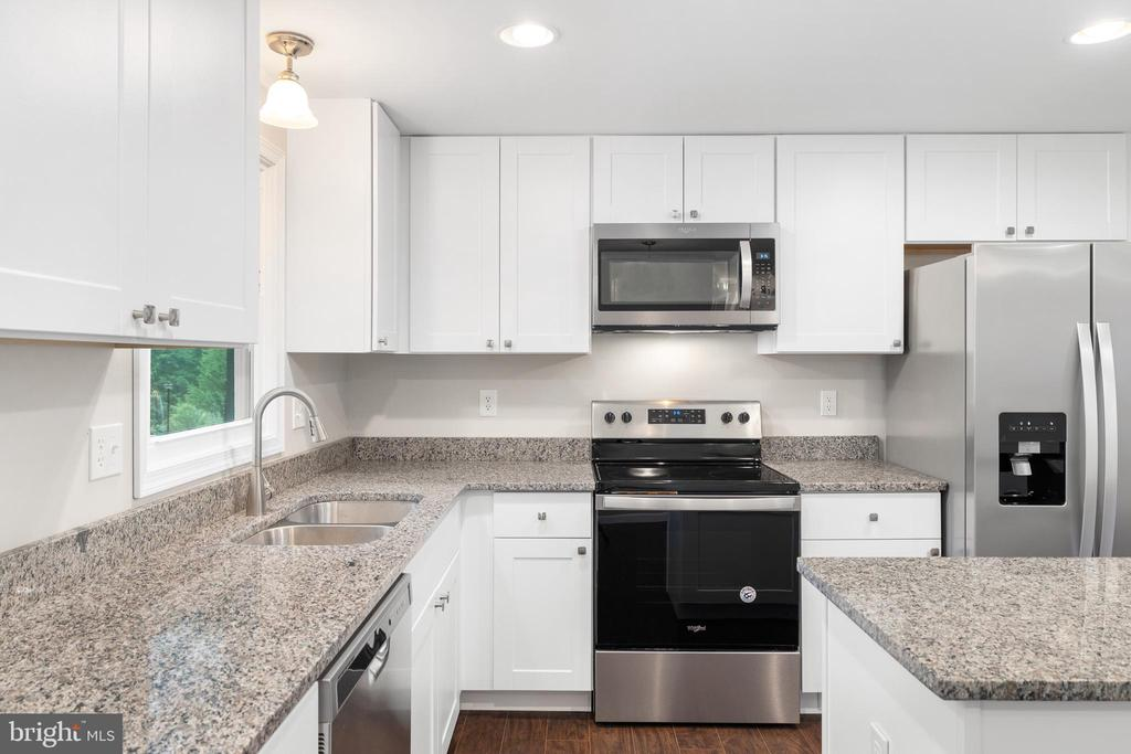 FLAT SURFACE COOKING FOR EASY CLEANUP - 10913 BUCKSKIN LN, FREDERICKSBURG