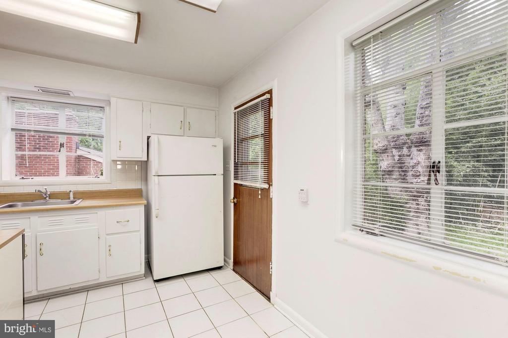 Kitchen opens to back yard, too - 4625 EDGEFIELD RD, BETHESDA