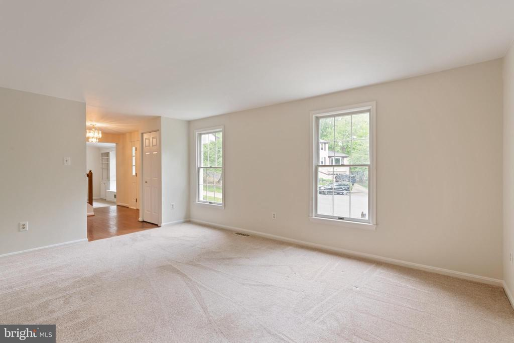 Living Room with windows facing front of the house - 16194 SHEFFIELD DR, DUMFRIES