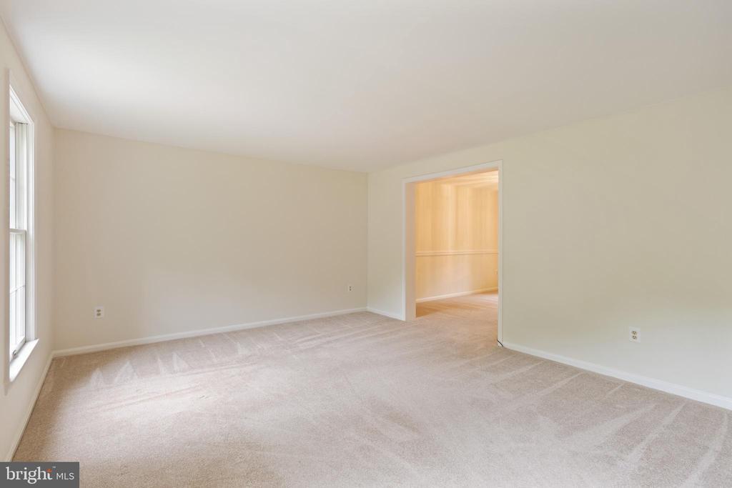 Living Room on Main Floor - 16194 SHEFFIELD DR, DUMFRIES