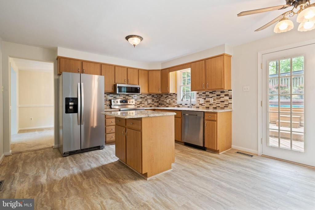 Recent updated Kitchen with Granite Counters - 16194 SHEFFIELD DR, DUMFRIES