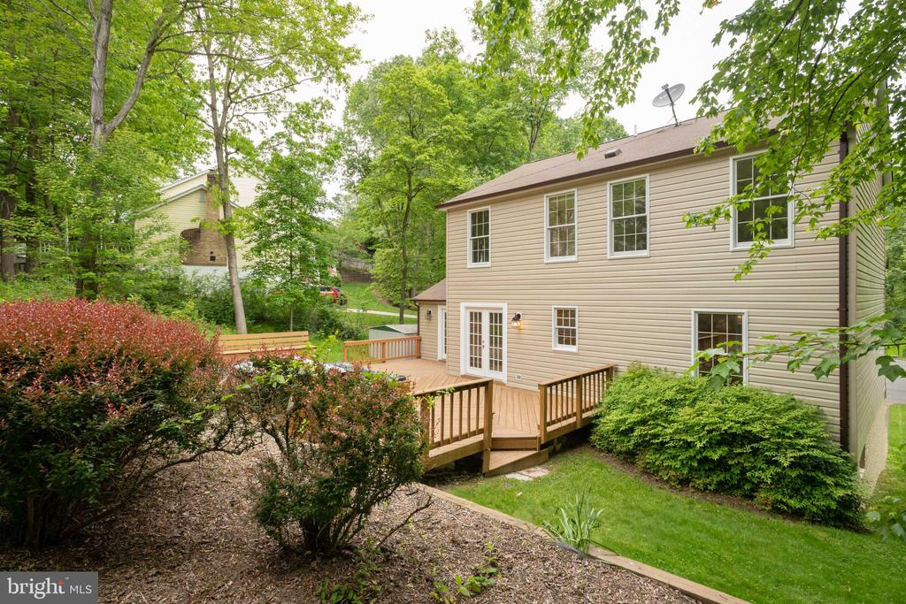 Nice, quiet back yard with a large deck - 16194 SHEFFIELD DR, DUMFRIES