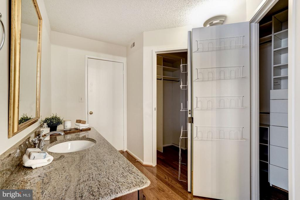 Access to Oversized Walk-in Closet - 1600 N OAK ST #1010, ARLINGTON
