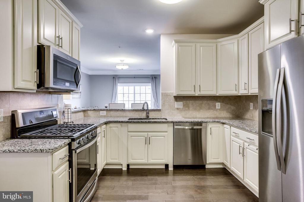 Nicely Designed Kitchen With Lazy Susan in Corner - 20505 LITTLE CREEK TER #203, ASHBURN