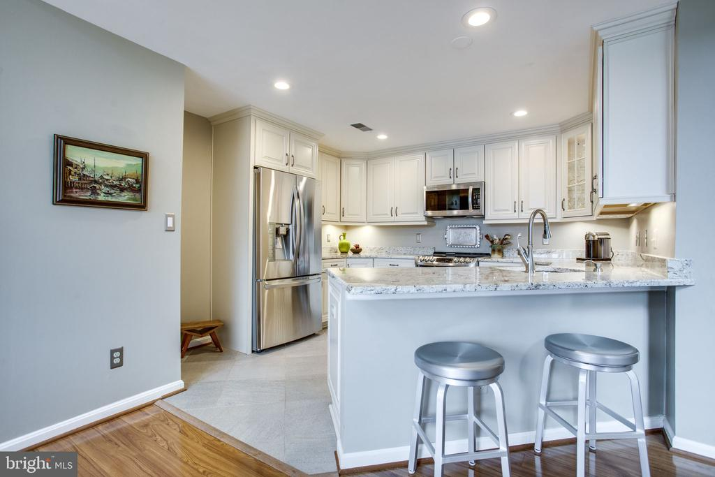 Kitchen w/Breakfast Bar - 11218 HARBOR CT, RESTON