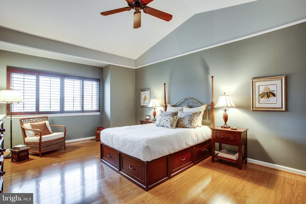 Luxurious Owner's Retreat w/Plantation Shutters - 11218 HARBOR CT, RESTON