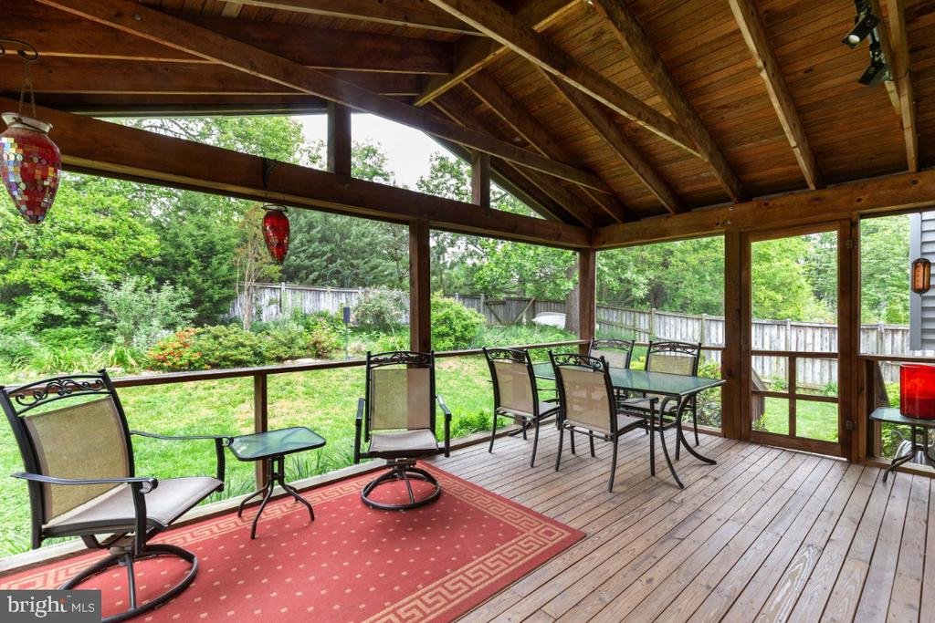 Screened porch/deck - 5307 CARTHAGE LN, BURKE