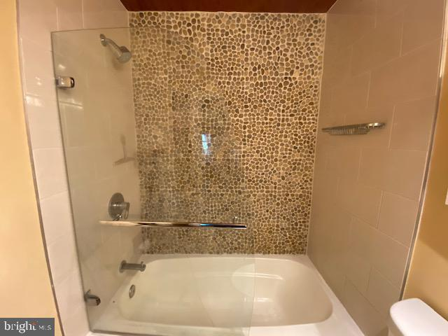 Shower/tub with accent wall - 5508 KENDRICK LN, BURKE
