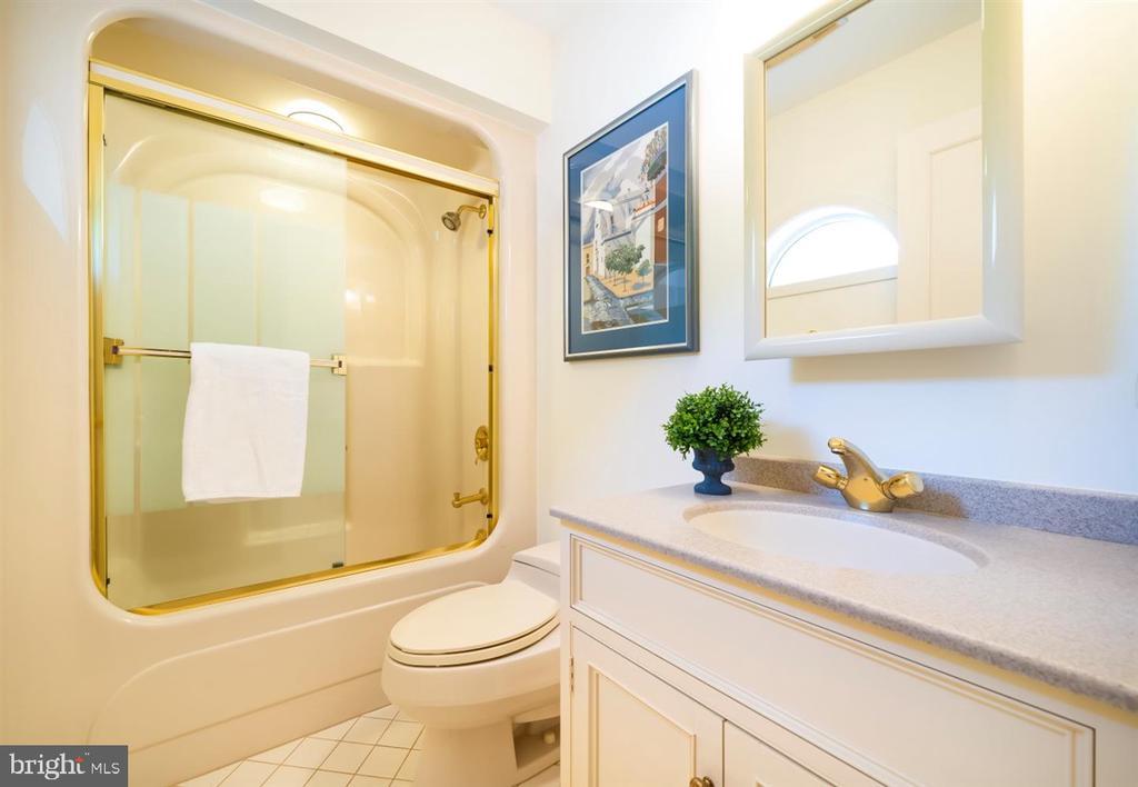 1st Floor Full Bath #2 - 6072 WHITE FLINT DR, FREDERICK