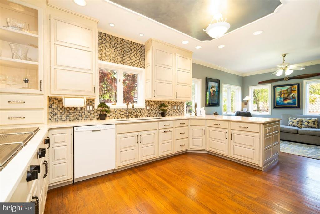 Quartz counter tops & custom cabinets. - 6072 WHITE FLINT DR, FREDERICK
