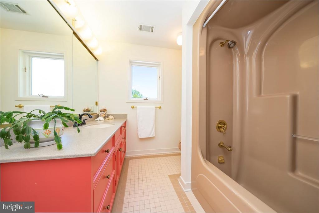 2nd Floor Hall Full Bath - 6072 WHITE FLINT DR, FREDERICK