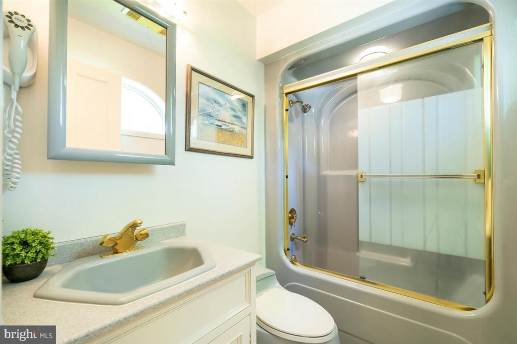 1st Floor Full Bath #1 - 6072 WHITE FLINT DR, FREDERICK