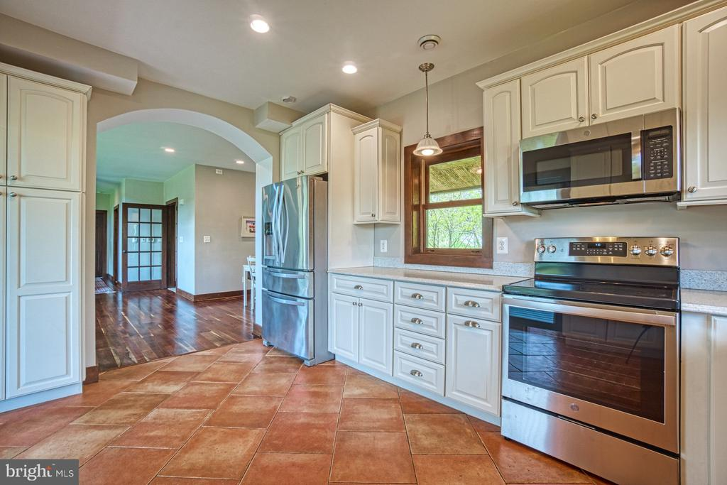 Spacious Light Filled, Updated Kitchen - 40985 REDWING SONG LN, LOVETTSVILLE