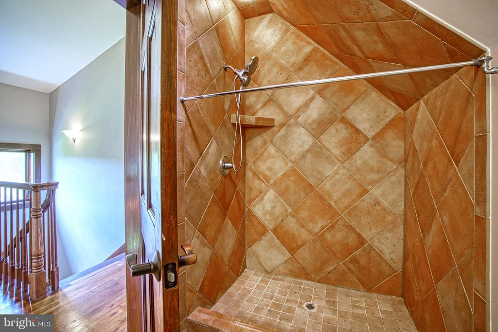 Upper Level Full Bathroom - 40985 REDWING SONG LN, LOVETTSVILLE