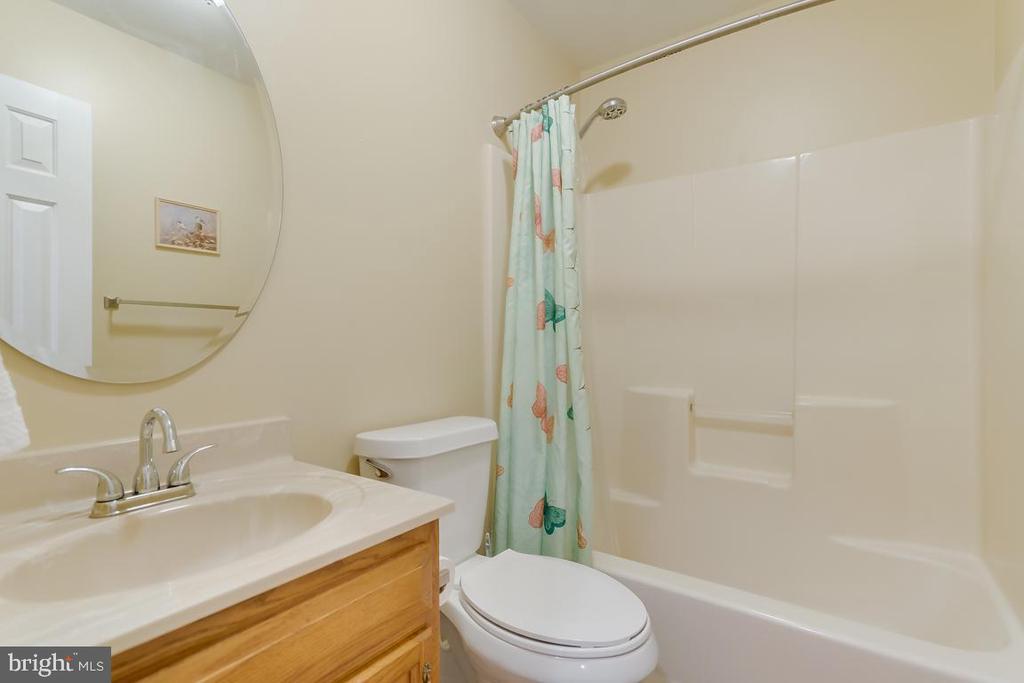 Hall Bath in Guest House. - 1065 MOUNTAIN VIEW RD, FREDERICKSBURG