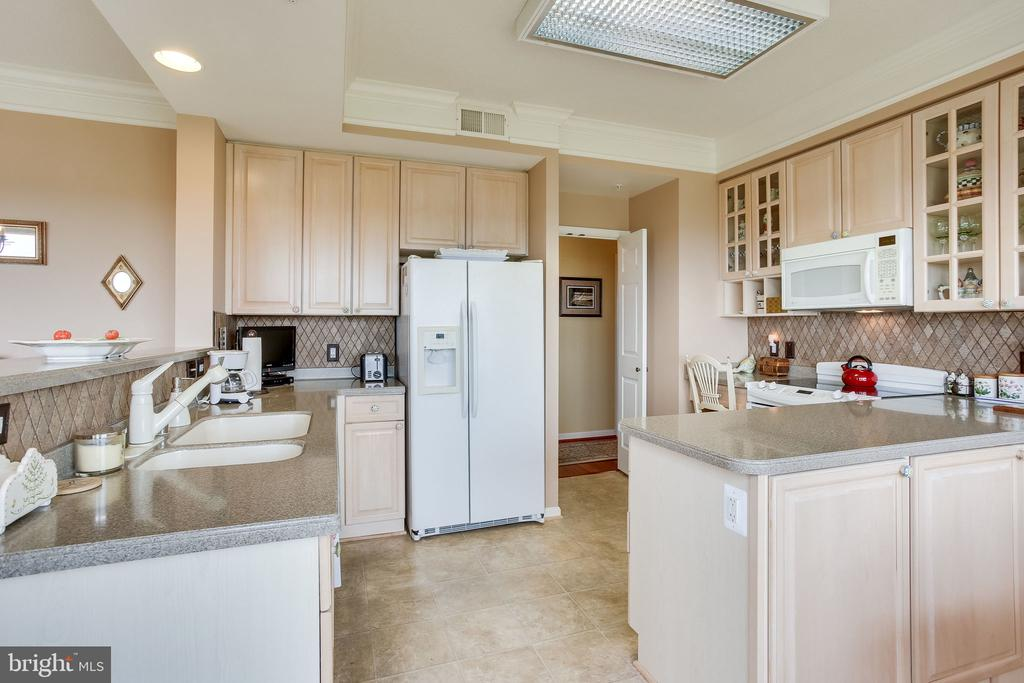 Kitchen  with lots of cabinet and counter space - 19355 CYPRESS RIDGE TER #1118, LEESBURG
