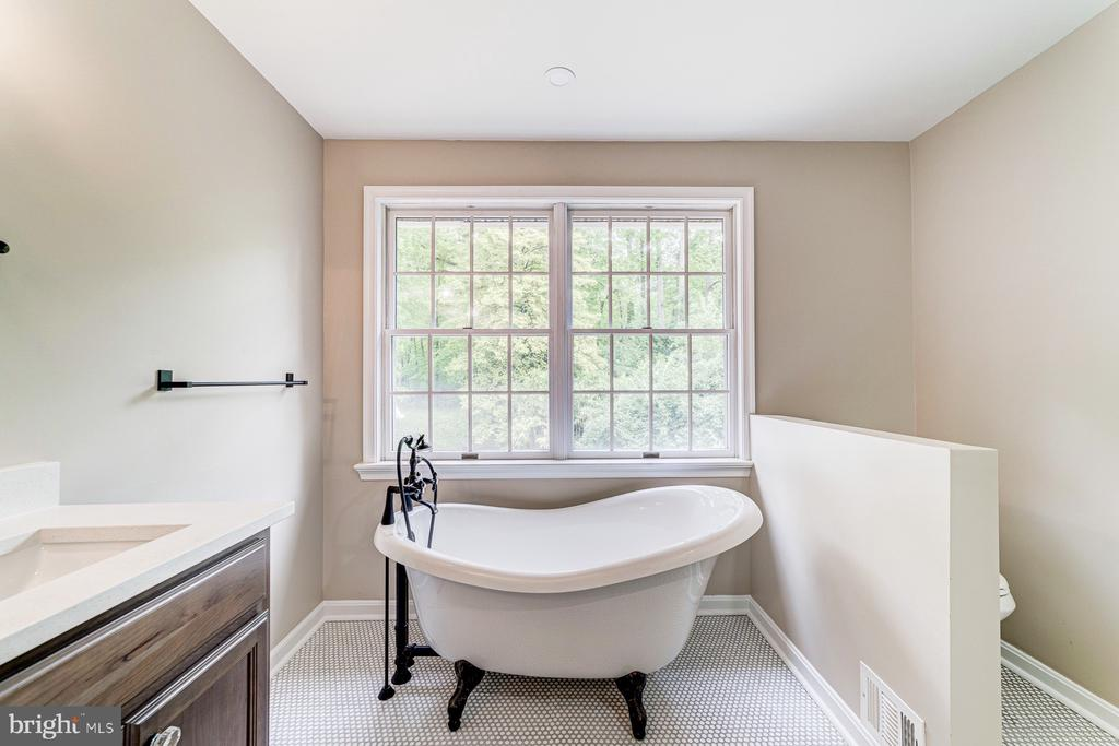 Luxurious master bath with soaking tub - 5696 GAINES ST, BURKE