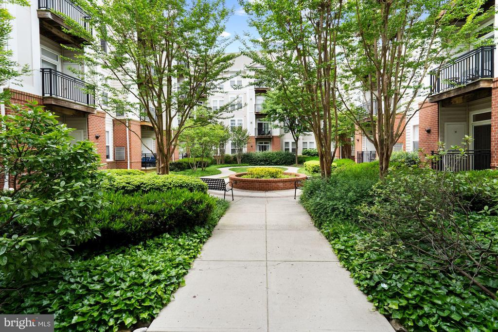 Charming Courtyard - 2665 PROSPERITY AVE #1, FAIRFAX