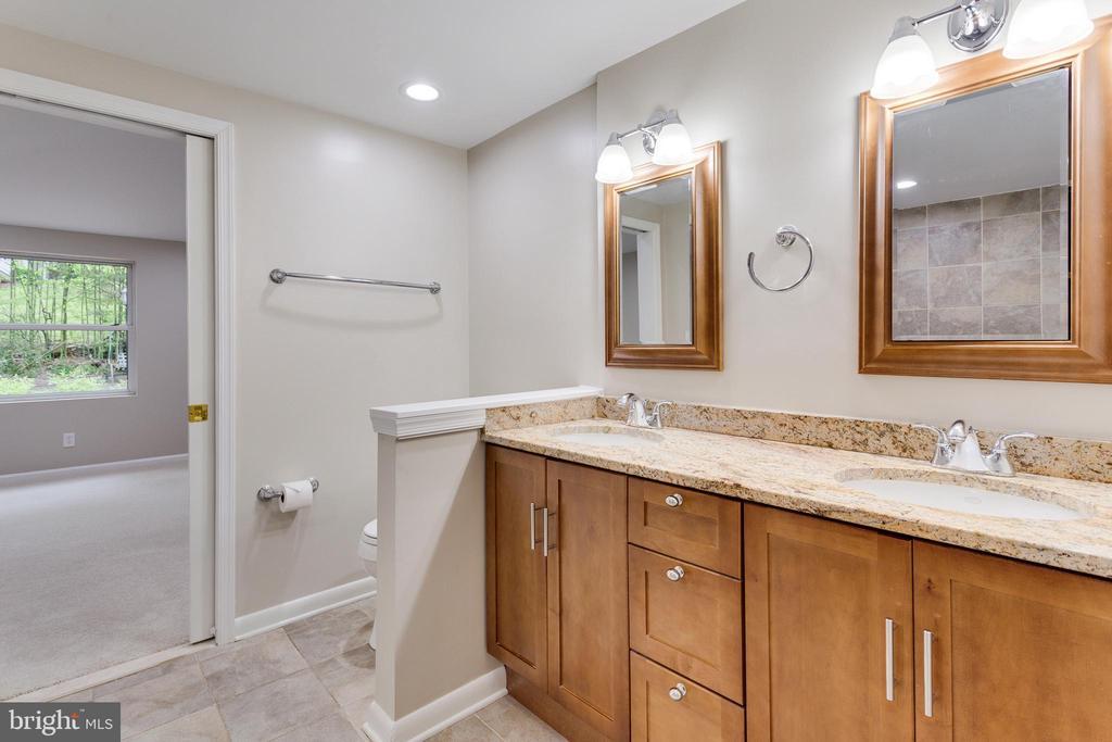 Jack and Jill Bathroom - Upper Level - 5125 37TH ST N, ARLINGTON
