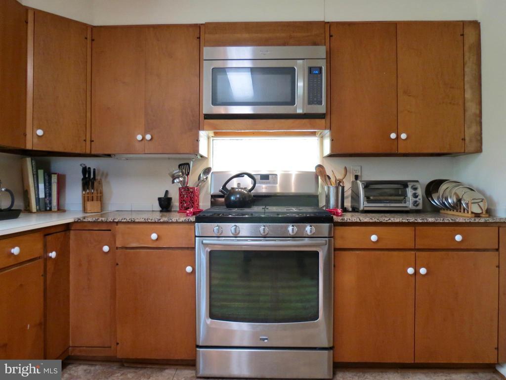 Propane gas stove - 140 HORSESHOE HOLLOW LN, WASHINGTON