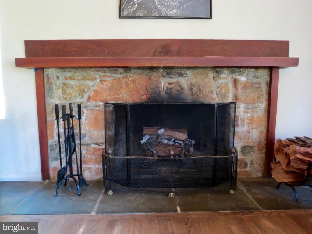 Living Room wood fireplace - 140 HORSESHOE HOLLOW LN, WASHINGTON