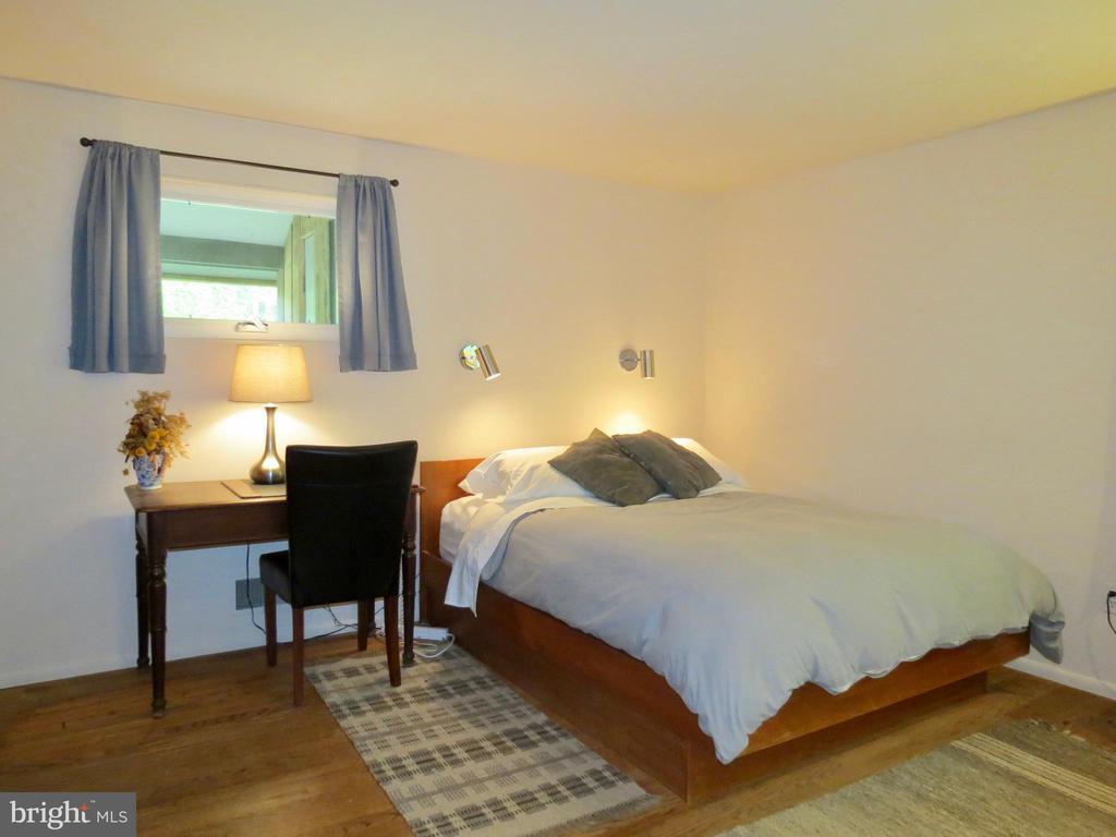 2nd Master Bedroom on the main entry floor - 140 HORSESHOE HOLLOW LN, WASHINGTON
