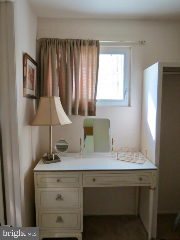 Bath dressing table in walk-in closet - 140 HORSESHOE HOLLOW LN, WASHINGTON