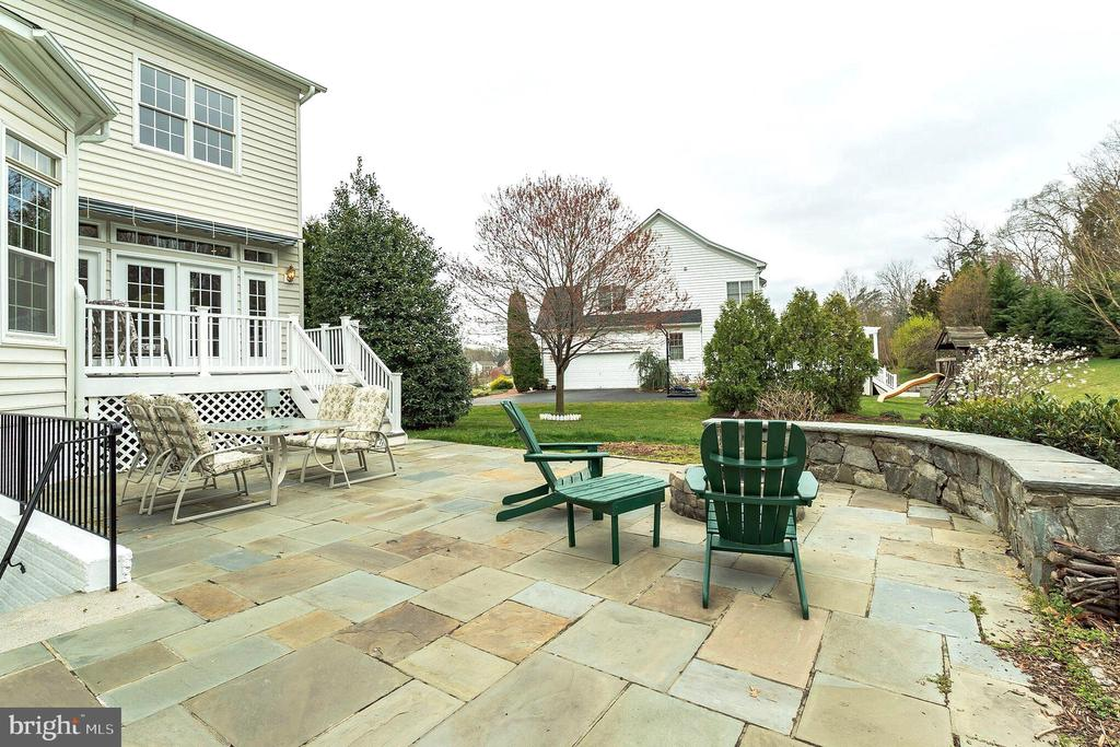 Hardscape patio w/firepit, trex deck, awning - 25543 THORNBURG CT, CHANTILLY