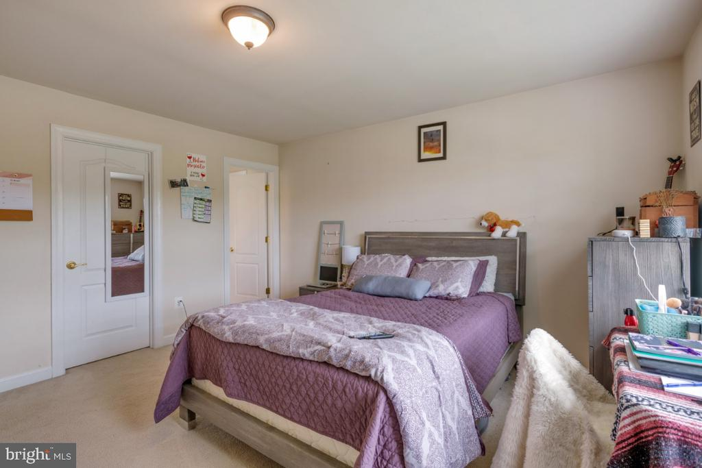 Second Bedroom with walk in closet & full bath - 4 EASTER DR, STAFFORD