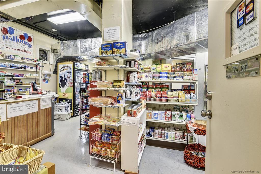 Store carries beer, wine, lots of things - 501 SLATERS LN #703, ALEXANDRIA